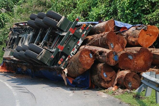 Lật xe chở gỗ, tường hộ lan thép bẹp gí hàng chục mét